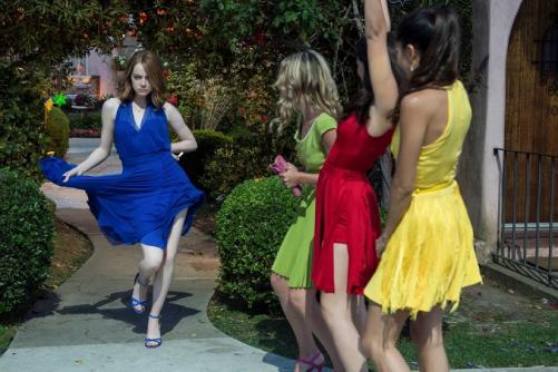 ミアが友達とパーティーに向かうシーンのドレス