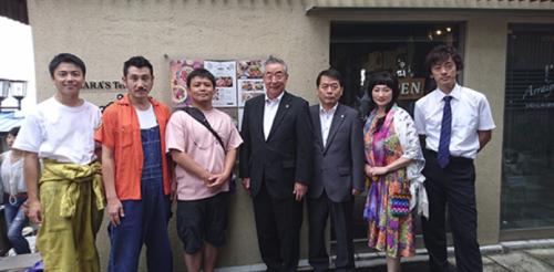 榎田貿易堂の撮影に元渋川市長が挨拶に来ていた