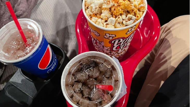 映画館のドリンクホルダーは右?左?どっちを使うべき?